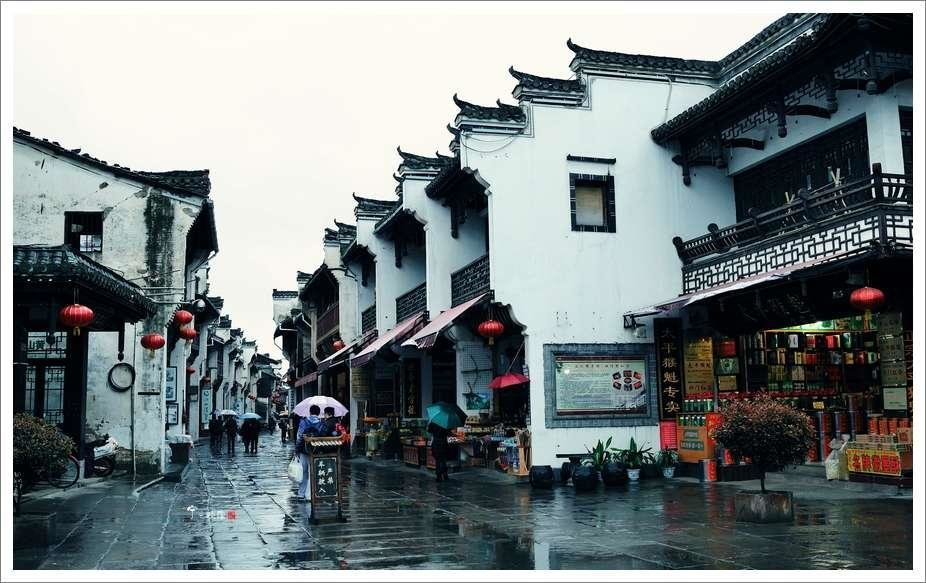 There are many shops sit on Tunxi Old Street