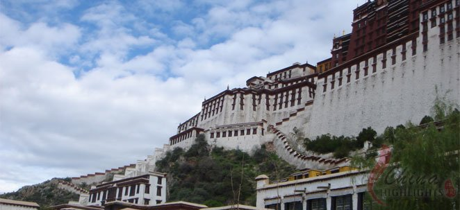 Visit the Lhasa to experience Tibetan local customs.