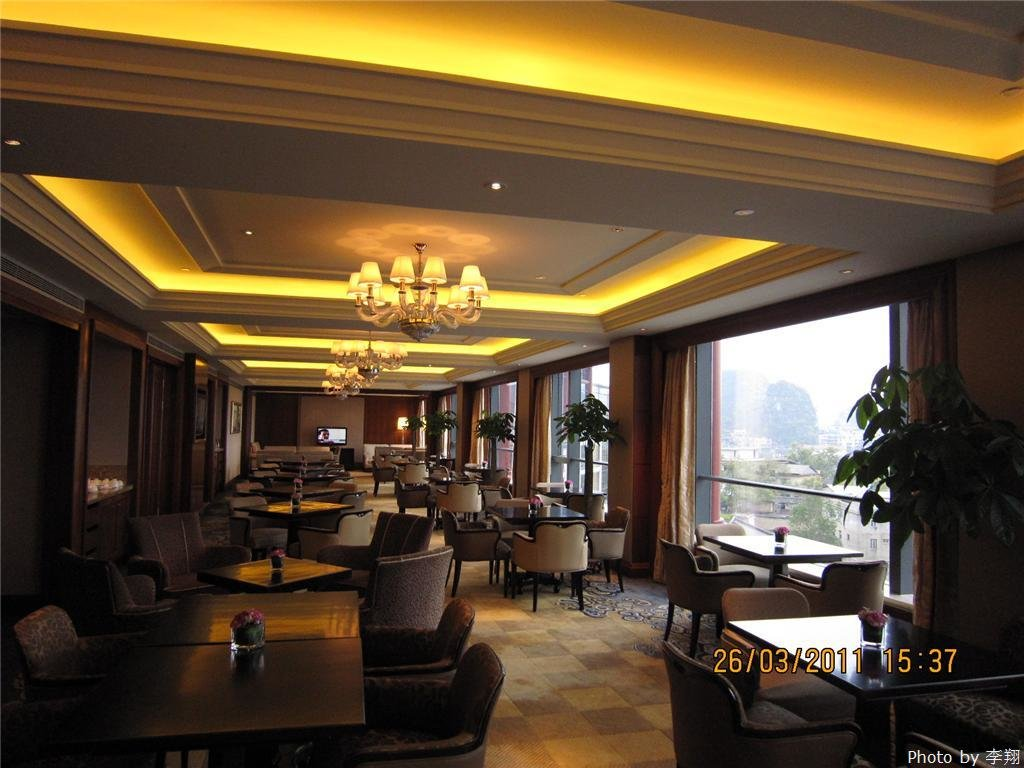 Breakfast at Shangri-la Hotel's restaurant with a good view of Guilin's scenery