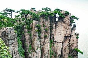 Les sommets gigantesques des Montagnes Jaunes
