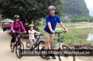 Appréciez le plaisir de faire du vélo en famille à Yangshuo. La flexibilité, vos envies ! il n'y a pas de place pour cela dans un voyage en groupe
