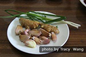 Le gingembre, l'ail et les oignons