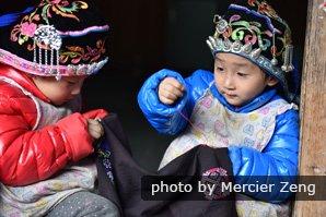 Kids learnin k eedwork in Longsheng, Guilin