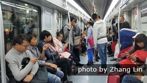 Shenzhen Metro is crowded during rush hours