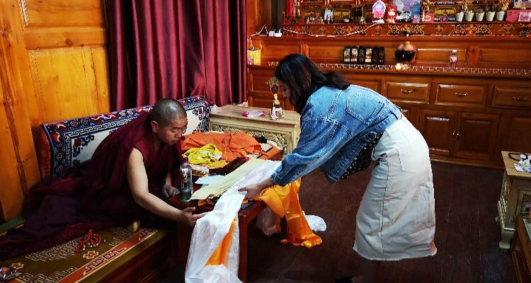 Visiting Lama in Songzanlin Monastery