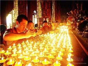 People light candles on Tsongkhapa Festival